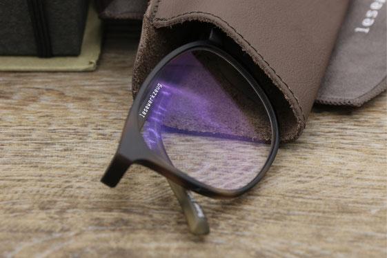 Lesewerkzeug: Fertigbrille mit entspiegelten Gläser, Blaufilter und Kratzschutz.