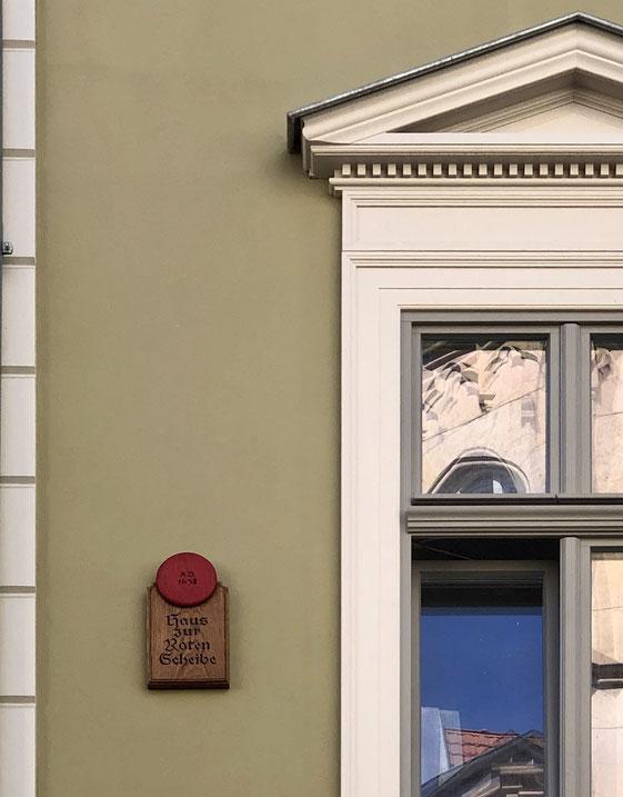 Haus zur roten Scheibe in der Erfurter Altstadt. Firmensitz von Optiker Zacher.