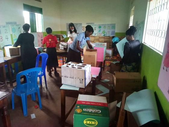 Lehrerfortbildung, Lehrer basteln mit lokalen Ressourcen