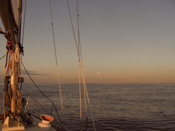 Mitternachtssonne und Vollmond über der Barentssee #ItsGreatOutThere