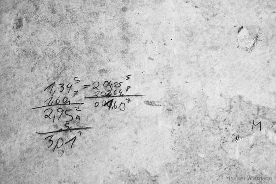 berechnend (entdeckt auf der Außenwand eines 30 Jahre alten Gebäudes) - Fotografie