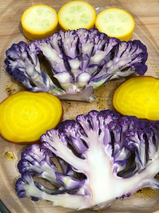 Goldene Bete und lila Blumenkohl - nicht nur im und auf dem Markt ein Blickfang, sondern später auch auf dem Teller.