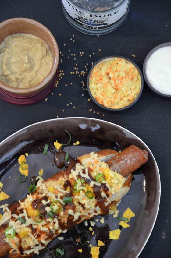 Veganer Hot Dog mit Coleslaw, Ketchup, Gin-Senf und Nacho-Chips