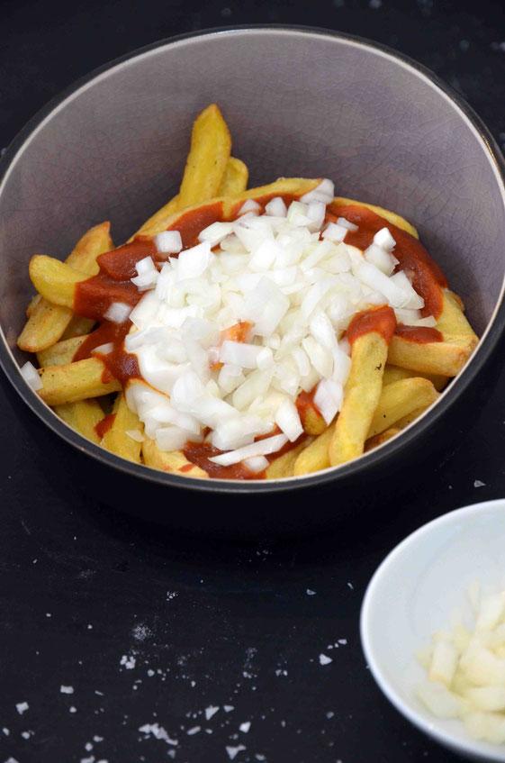 Pommes Speciaal - mit Ketchup, Mayonnaise und klein geschnittenen Zwiebeln