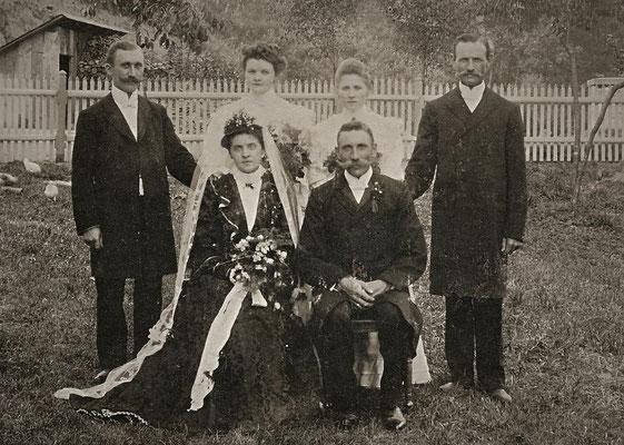 Das Hochzeitspaar mit ihren Treuzeugen und Brautjungfern  (1906)