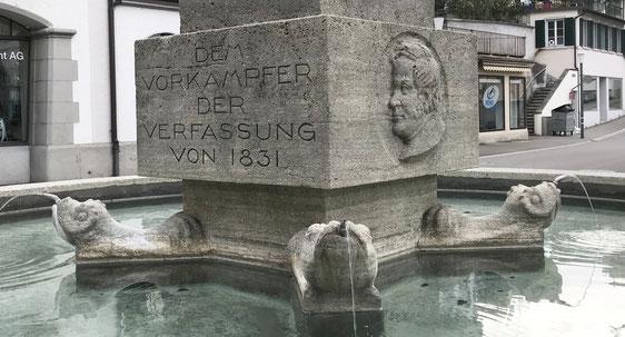 """der Rathausbrunnen ist dem """"Vorkämpfer der Verfassung"""", eben Thomas Bornhauser gewidmet"""