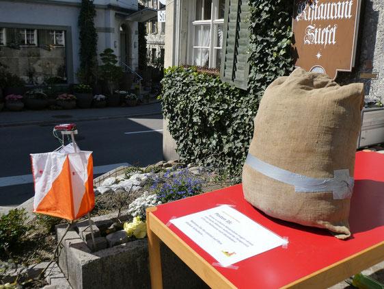 """ein 65 kg schwerer Weizensack vor dem Restaurant Stiefel, der am Osterhasen-OL 2019 """"probegetragen"""" werden konnte"""