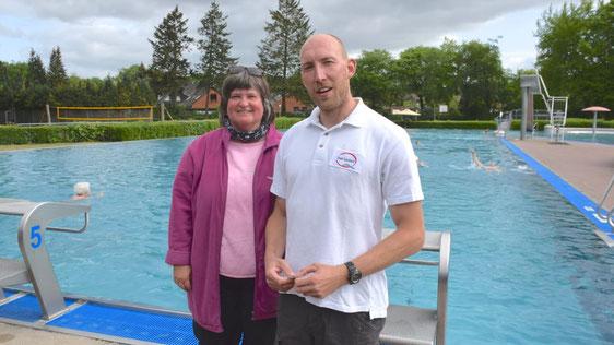 Sorgen gemeinsam mit der Kollegin Nicole Kiembartki für Sicherheit: Schwimmmeister/in Helga Besler und Ronny Berger.
