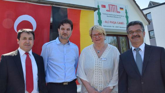 Der Imam Halil-Ibrahim Yildirim, Vorstandsmitglied Hüseyin Yigit und der Vereinsvorsitzende Ali Yildiz (v.l.) freuten sich über den Besuch von Astrid Huemke, die den Quickborner Bürgermeister vertrat.