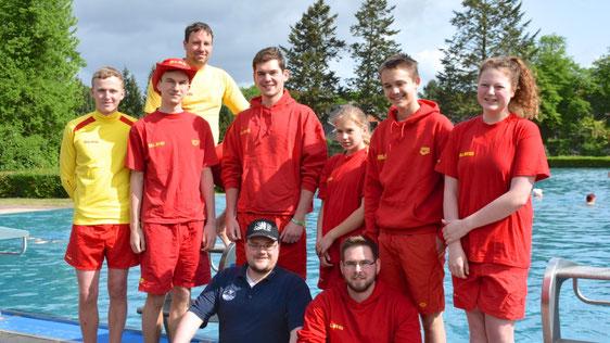 Zahlreiche DLRG-Mitglieder waren zur Eröffnung ins Bad gekommen. Sie unterstützen - gegen eine kleine Aufwandsentschädigung - die hauptberuflichen Bademeister während der gesamten Saison bei der Aufsicht.