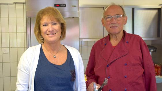 Heike Wilhelm-Möricke, bekannt als Inhaberin der Max-Weber-Klause,  ist die neue Kioskbetreiberin, am Eröffnungstag unterstützt von Ehemann Manfred.
