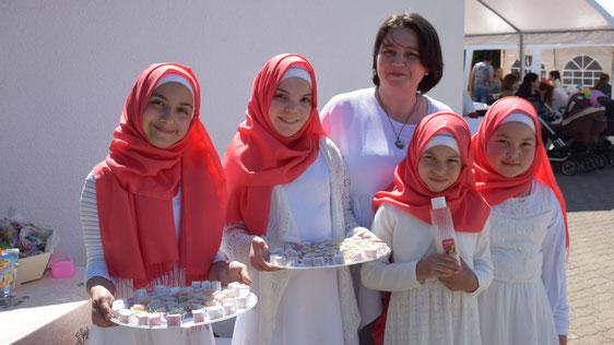Diese Mädchengruppe empfing nach traditioneller Art die zahlreichen Gäste.