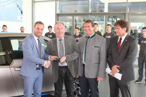 Jürgen Pöllner Geschäftsführer BMW-VOGL bei der Schlüsselübergabe an Landrat Georg Huber