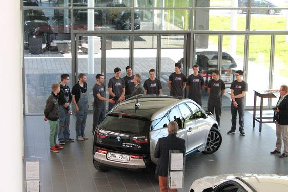 Begrüßung der Azubis im Autohaus Vogl durch Landrat Georg Huber