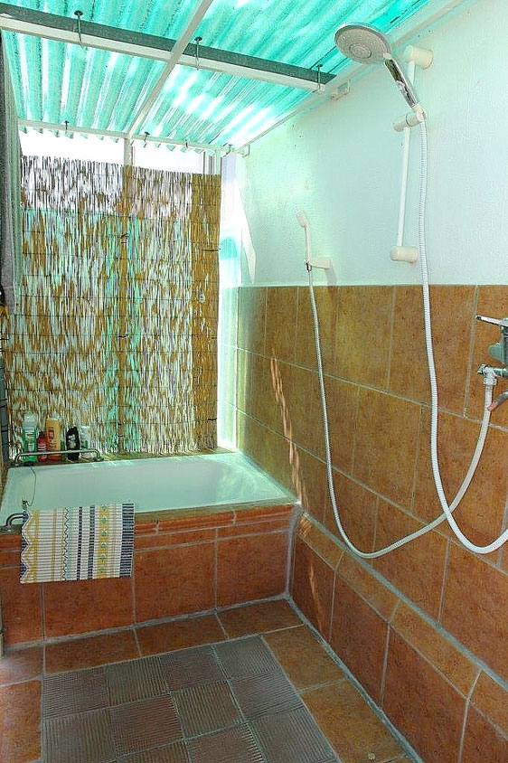 Ein kleines Unikat ist das Bad im Garten mit Dusche und kleiner Badewanne.