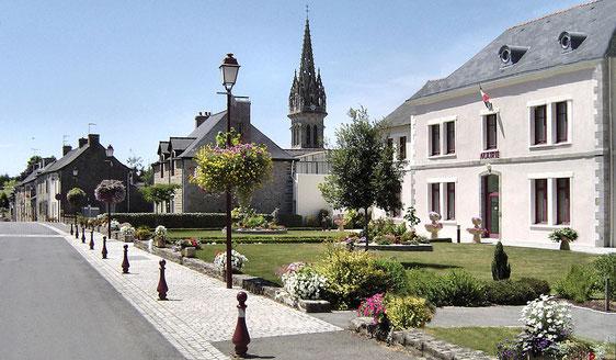 La Mairie avec son fleurissement - Domalain est riche de trois fleurs depuis 2011