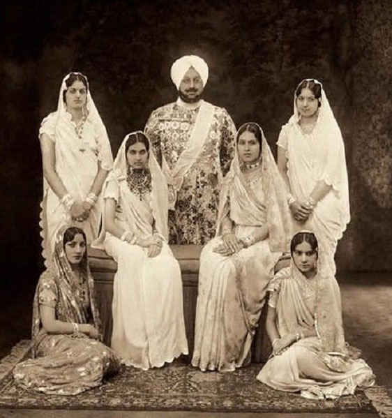 1911 . S.A.R..BHUPINDER SINGH et ses 6 favorites  parmi les 300 ou 400 femmes.. ......... 88 ENFANTS dont 52 FILS. Assise à g.  sur  banquette  la mère de  Sir YADAVINDRA SINGH . ............. C* Photo Vardyk . National Portrait Gallery London