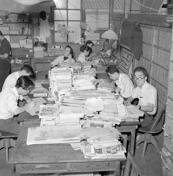 1950年代の通信社内。編集部の様子。 連合通信は戦後の労働運動を取材し続けてきました。