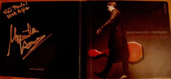 Maximilian Hornungs neue CD mit dem 1. Cellokonzert von Schostakowitsch und dem Cellokonzert von Tsintsadze. Und eine Widmung für mich mit seiner Unterschrift.
