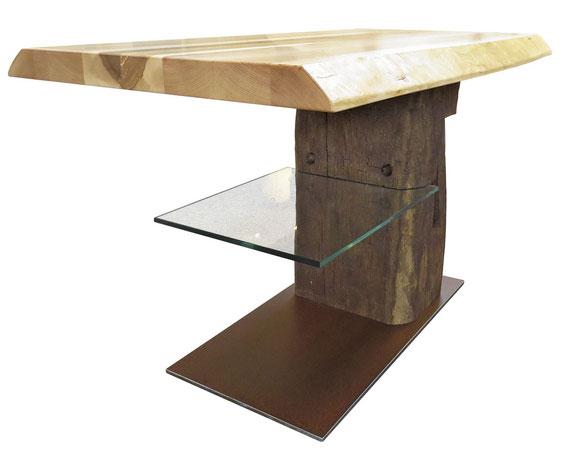 Couchtisch Eckansicht: Platte aus Speierling, Dachbalken als Säule, Glasablage, Bodenplatte aus Cortenstahl