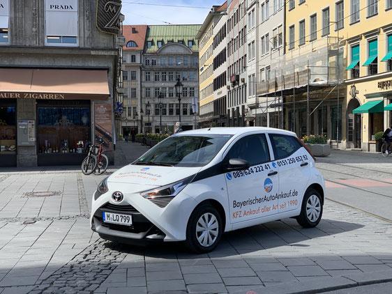 Firmenfahrzeug mit Logo beklebt parkt in der Innenstadt