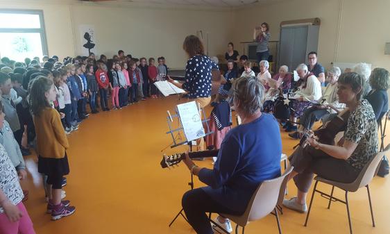 Ecole de la Pince guerrière - Châteaugiron- Projet : les chansons d'Antan avec l'EPHAD les Jardins du Castel 2019
