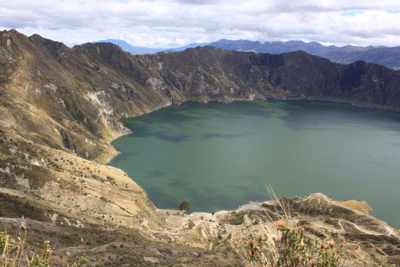 Schroff fallen die Kraterwände zur türkis-grün farbigen Lagune Quilotoa