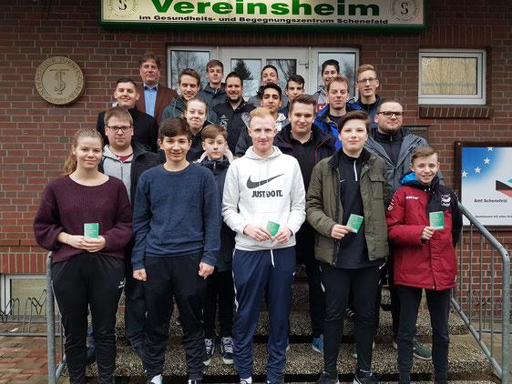 Bestanden: Die neuen DFB-Schiedsrichter präsentieren ihre Ausweise