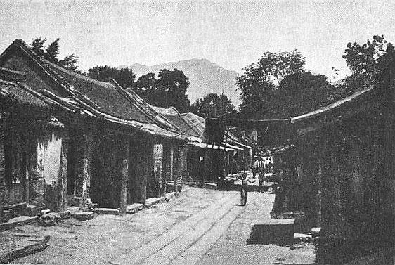 Rue de T'ai-ngan fou. Édouard Chavannes (1865-1918) : Le T'ai Chan. Essai de monographie d'un culte chinois.
