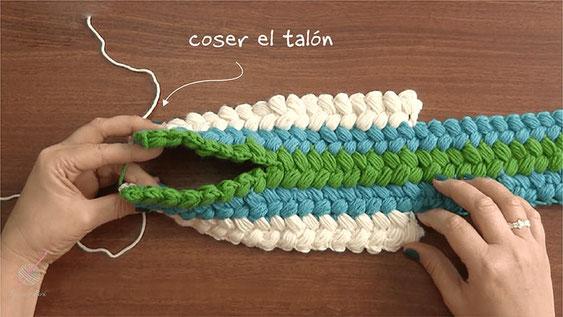 Pantuflas con trenzas de colores tejidas a crochet