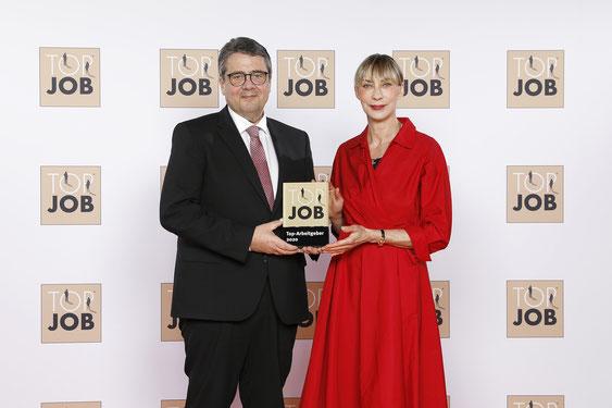 Sigmar Gabriel überreicht die begehrte Auszeichnung in Berlin an Bärbel Christine Kemna..