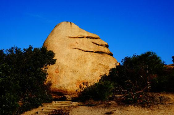 ニコニコ岩、
