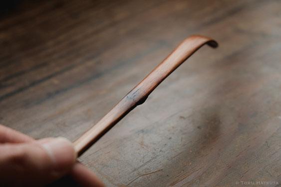 茶杓の破損個所を漆で継ぎ、さらに漆の層を重ねて補強