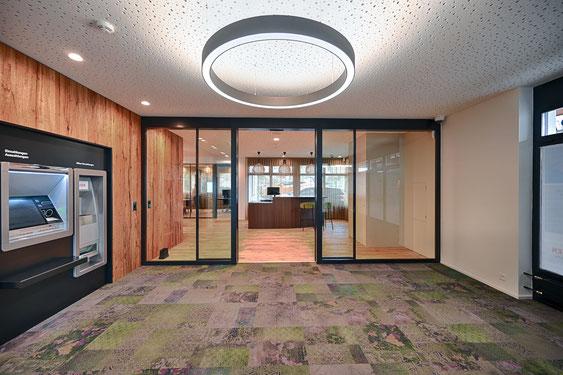 Dies ist der Eingang von der Raiffeisen Bank