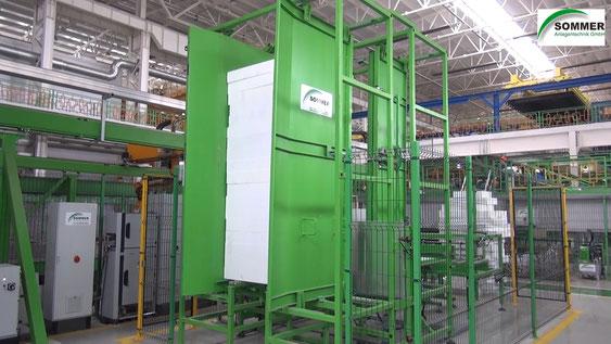 Torre de almacenaje de planchas polispan y entrega a la zona automática