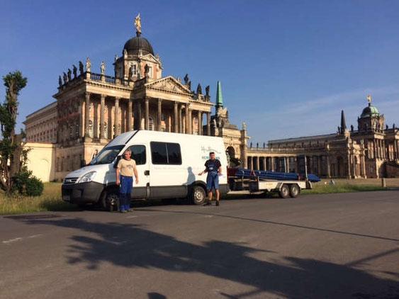 Mitarbeiter vor dem neuen Palais in Potsdam, nach den Erschließungsarbeiten