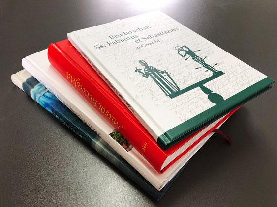 Eine Auswahl von Chroniken mit Hardcover-Bindung.