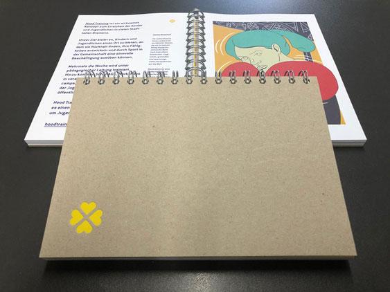 Der hochwertige Kalender AGENDA GLÜCL ist als Ringbuch verarbeitet und wurde besonders nachhaltig produziert