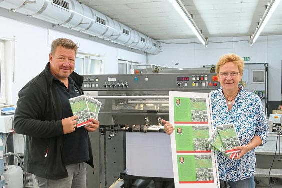 """Martin Weigelt und Autorin Ulla Wolanewitz präsentieren die ersten druckfrischen Exemplare des neuen Buches """"Muckefuck und Möppkenbraut"""". Foto: Anke Zandmann"""
