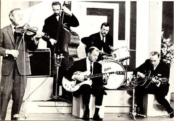 Jan Blok (midden ) en Eddy Christiani (rechts) begeleiden hotviolist Stéphane Grapelli tijdens een TV optreden in Nederland.