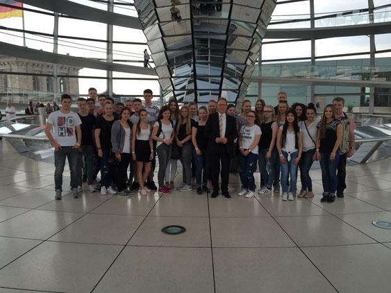 Gruppenfoto mit MdB Erwin Rüddel in der Kuppel des Bundestages