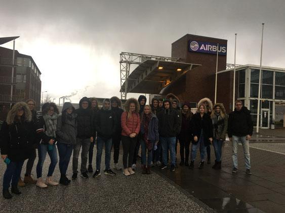 Gruppenfoto vor dem Airbuswerk in Finkenwerder