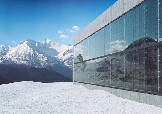 Solarfassade Hochglanz Anthrazit im Nadelstreifendesign