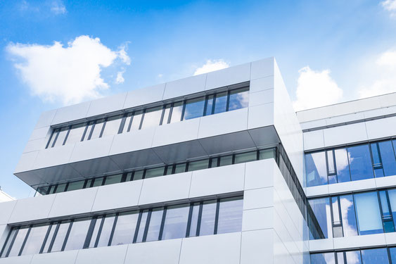 Fassade mit weiße Solarmodule