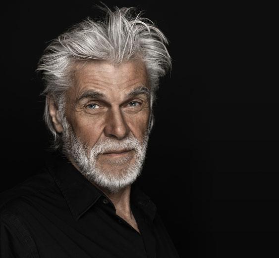 Rasieren, Bartpflege (mit Peeling) oder Bart stutzen, Bartfarbe und Moustache-Schnitt.