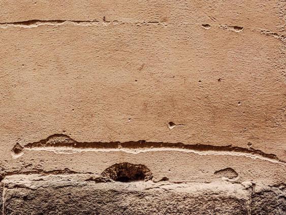 Eine kaputte Betonwand bevor die Omega Spezialbau GmbH mit der Betoninstandsetzung anfing
