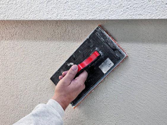 Nahaufnahme von verputzen einer Fassade von der Omega-Spezialbau GmbH