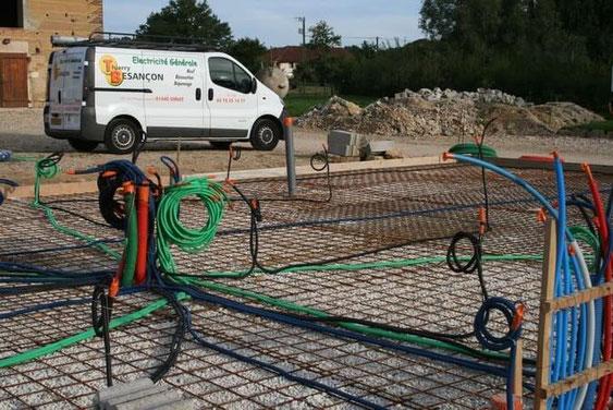 Construction de maison-Installation des gaines électriques avant le coulagede la dalle béton.