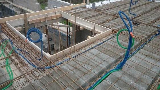Chantier en construction-Installation des gaines électriques dans la dalle