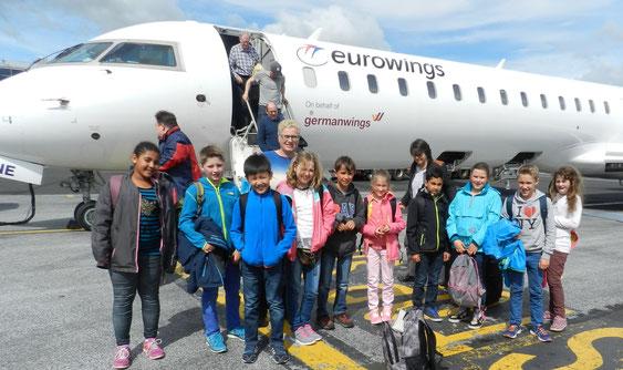 Käthe-Kollwitz-Schüler aus Gießen bei der Ankunft am Flughafen in Newcastle